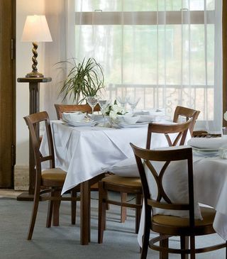 Weiße Tischdecken ohne Muster: ein echter Blickfang